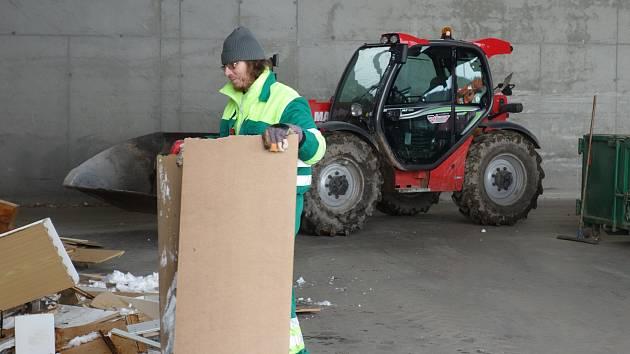 Skládka v Petrůvkách. V této hale se dotřiďuje odpad. V sousedství haly vyroste překladiště.