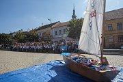 Příznivci Katolického gymnázia v Třebíči složili 4825 papírových lodiček a zapsali se do České knihy rekordů.