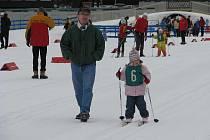Dvanáctiletí, ale i daleko mladší závodníci na běžkách vyrazili do upravených tratí v areálu Zlaté lyže poblíž hotelu Ski v Novém Městě na Moravě.