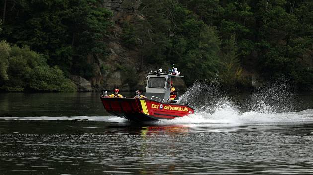 Dalešická přehrada láká během sezóny tisíce návštěvníků. Na jejich bezpečí dohlíží sehraný tým vodních záchranářů, kteří jsou vybavení novým člunem. Díky němu dokáží zachraňovat zdraví, životy, nebo jen řešit nerozvážnosti letních turistů.