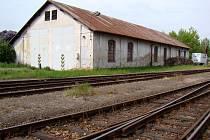 Bývalá parkovací hala s kancelářemi a noclehárnou na vlakovém nádraží v Okříškách chátrá. České dráhy by ji rády prodaly, stejně jako pozemek u Studence. Další své prostory, byty i sklady nabízejí k pronájmu.