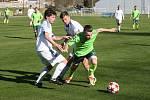 Klíčovým hráčem týmu Náměšť-Vícenice je špílmachr Roman Durajka (v zeleném dresu u míče). Na podzim skóroval v pěti případech.