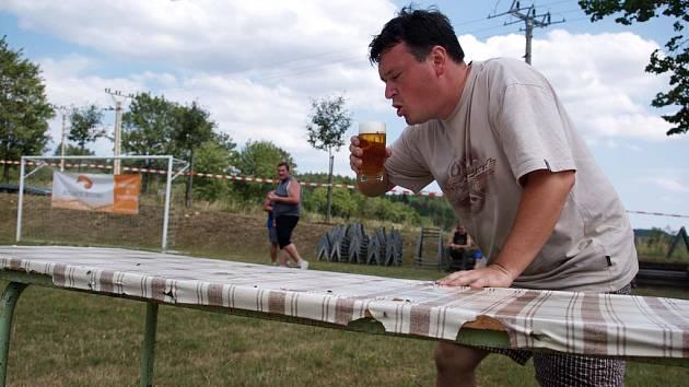 CHLAPSKÝ DEN. Jednou z disciplín Chlapského dne bylo i vypití pullitru piva na ex.