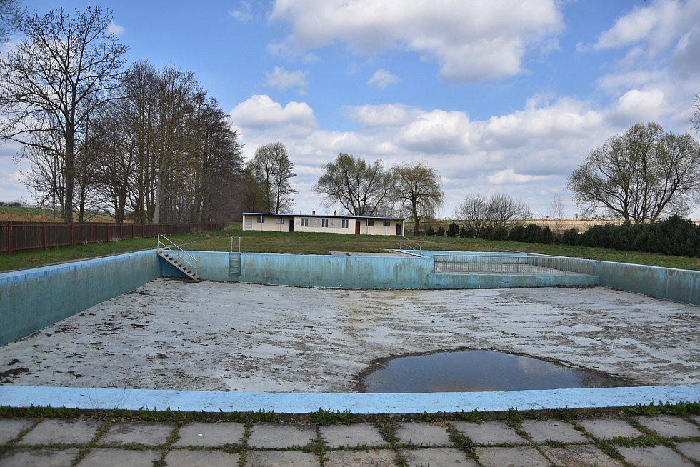 Městys provozuje i vlastní přírodní koupaliště pro místní