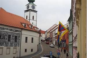 Tibetská vlajka na radnici v Třebíči.