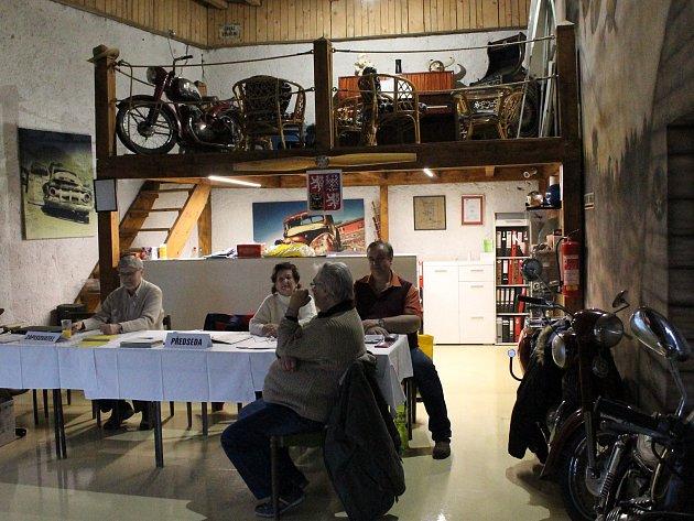 Mezi krásnými motocykly a letadly. I tak lze volit. Příkladem je Řípov, příměstská část Třebíče, kde je volební místnost v autoservisu.
