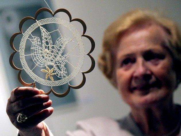 Expozici tvoří krajky paličkované, háčkované, síťované, pletené i tak zvané frivolitky od více než desítky žen.