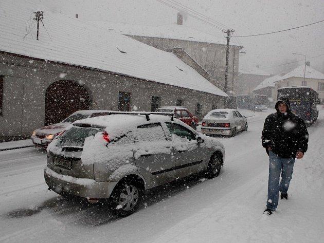 Třebíčskou dopravu ochromila sněhová kalamita. Takhle vypadala doprava na ulici 9. května.
