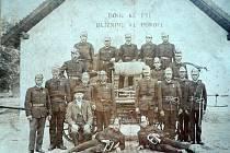 Zakládající členové hasičského sboru v Číhalíně pod obrazem svatého Floriána s nápisem ve štítě zbrojnice.