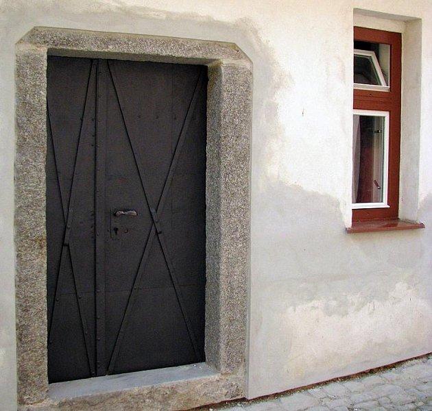 VCHOD. Jeden z mála původních vchodů ve čtvrti.
