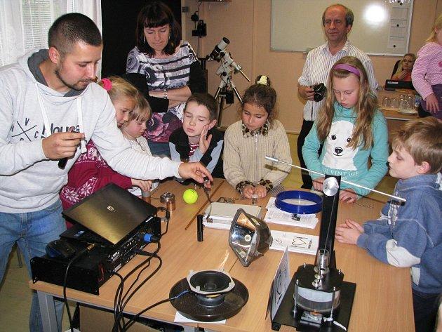 Dopoledne na Hvězdárně Třebíč patřilo rodičům s dětmi. Ty si vyzkoušely nejrůznější fyzikální pokusy a zasoutěžily si o astronomické ceny.