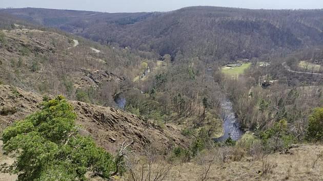Pohled ze stepi na hluboký skalnatý meandr. Foto: se svolením Jiřího Pernici