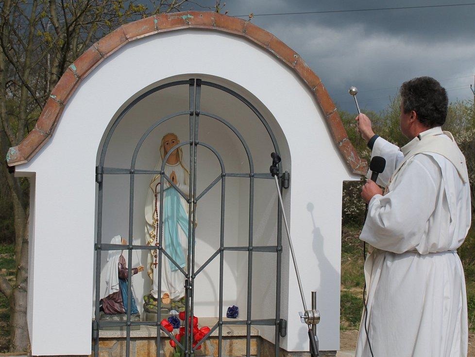 Starou kapličku zahrnuli lidé do skládky. Teď postavili novou