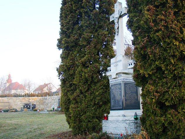 Také k pomníku padlým se půjdou poklonit účastníci prvního setkání rodáků v Rudíkově.
