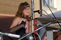Desetiletá Anežka Strážnická při jednom ze svých vystoupení.