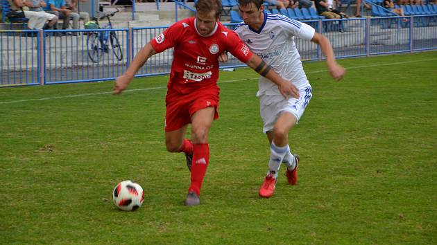 OKříšský Petr Ošmera (v červeném dresu) se snaží uniknout Petru Dubskému.