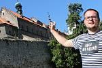 Václav Prchal z informačního centra u třebíčské baziliky ukazuje, kudy vede nová prohlídková trasa.