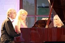 V pátek ve Valči vystupovali zpěvačka Zora Jandová a klavírista Zdeněk Merta. Předtím manželské klavírní duo Renata Ardaševová a Igor Ardašev.