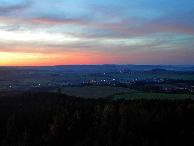 Chodci, kteří zvládli cestu na vrchol rozhledny rychle, si mohli prohlédnout červánky zalitý západní obzor Třebíčska.