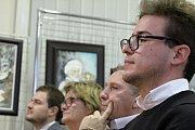 Starosta Čestmír Linhart předal do rukou Fabiena Benuzzi pamětní plaketu městyse Stařeč.