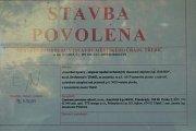 Že bývalý nemocniční panelák v třebíčské Družstevní ulici není úplně mrtvé místo, připomínají vyvěšené dokumenty za sklem.