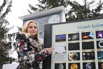 Kristýna Jelečková z třebíčské hvězdárny ukazuje jeden z panelů nového naučného astronomického koutku, který  je dobře přístupný veřejnosti.