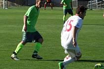 Náměšť (v zeleném) se po brankově chudém zápase s třebíčskou juniorkou (na snímku) zase rozstřílela, v Nových Syrovicích dala pět gólů, z toho čtyři ve druhém poločase.
