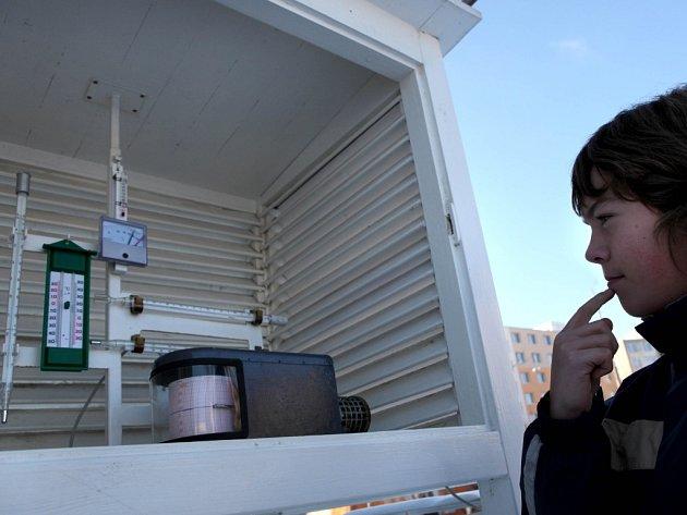 Jeden ze žáků ZŠ Kpt. Jaroše sleduje teplotu vzduchu. Údaje z dlouhodobého měření zpracovává počítač. Využívá je kromě jiných institucí i americký Úřad pro letectví a kosmonautiku (NASA).