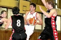 Třebíčští basketbalisté (v bílém David Vérosta) strhli vyrovnané utkání s Kroměříží na svou stranu, aby pak ve druhém domácím zápase zdolali také Zlín.