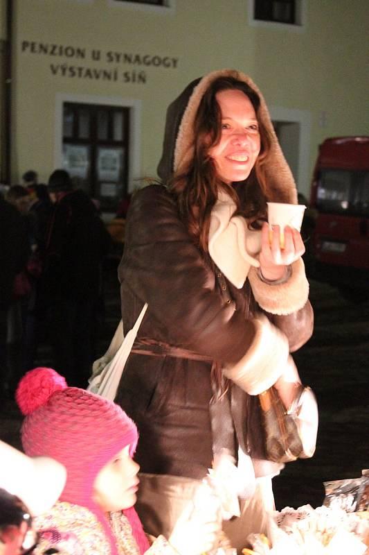 V Třebíči si lidé přišli společně zanotovat na prostranství před Zadní synagogou.