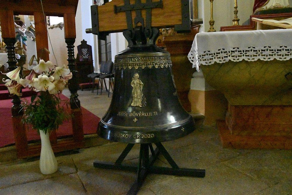 Nové zvony nesou jména svatý Josef Maria, který odpovídá parametrům rekvírovaného zvonu. Druhý je zvon svatý Jan Pavel II. - Boží milosrdenství a odpovídá puklému zvonu