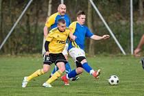 V současné době musí být fotbalisté Jaroměřic nad Rokytnou (v modrých dresech) rádi za nejnižší krajskou soutěž.