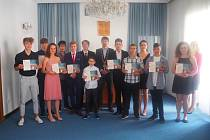 Ocenění za výbornou reprezentaci školy a města Třebíče obdrželo z rukou starosty Pavla Pacala dvanáct žáků.