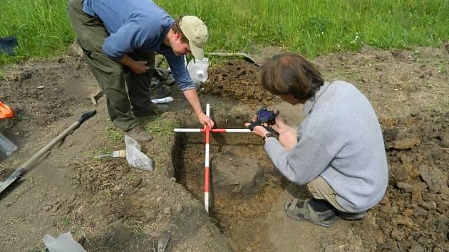 Tým archeologů bádal ve Lhánicích již podruhé. Díky výkopovým pracím na elektrofikaci nalezl loni žárový hrob, podobný objev učinil i teď. Na Třebíčsku jde o výjimečný nález, v republice o jeden z mála.