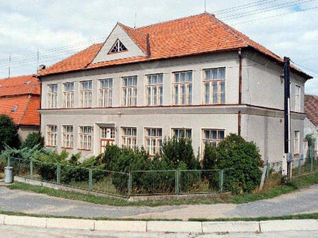 Bývalá škola v Babicích, kde byli 2.července 1951 zastřeleni tři funkcionáři KSČ a MNV.