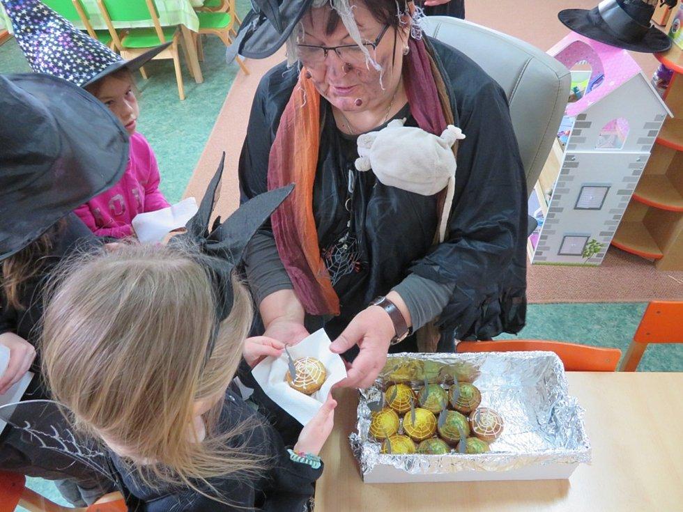Děti si užily čarodějnické rejdění na Benešce. Také se dozvěděly více o zvycích