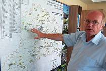 Ředitel třebíčské vodárenské společnosti Jaroslav Hedbávný ukazuje na mapě vodní zdroje na Třebíčsku.