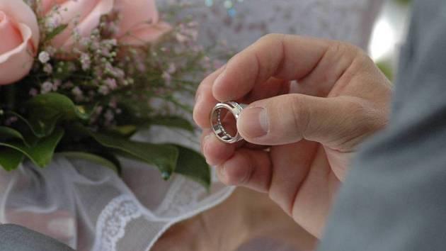 Svatba v květnu? Podle dřívějších pověr něco neslýchaného. Dnešní snoubenci se ale mýtů nebojí.