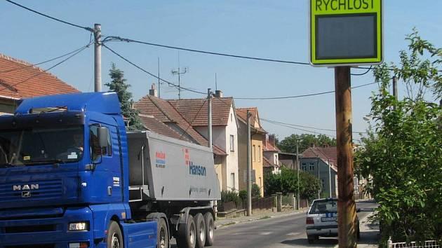 Pryč z města. Hlavní tah vede přímo centrem Moravských Budějovic. Obchvat by měl kamiony odvést pryč z města.