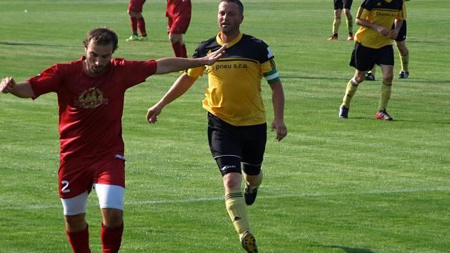 O tom, jak je důležité míti Mácu, se mohly přesvědčit Třebelovice (v červeném), které zápas 25. kola okresního přeboru vyhrály ve Vícenicích právě díky šestigólovému střelci.