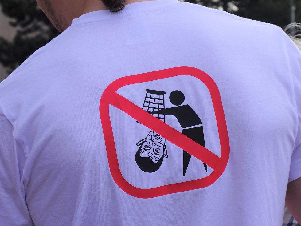 Z třebíčské demonstrace v rámci celorepublikové akce Milion chvilek pro demokracii.