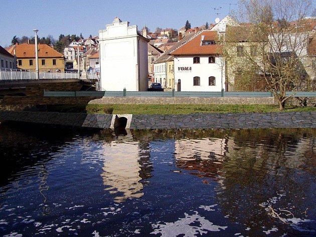 Jak bude vypadat zeď a její okolí na Havlíčkově nábřeží v Třebíči po úpravách v korytě řeky, naznačuje nakreslená vizualizace.