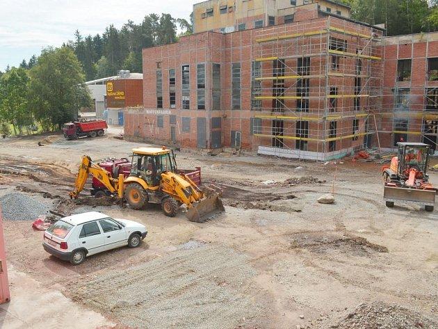 V bývalé obuvnické továrně v Borovině se intenzivně pracuje. Tam, kde dříve byla kotelna, nyní vyrůstá Dům dětí a mládeže, konkrétně budova A. Stavba celkem za 25 milionů korun by měla být hotová do konce roku.