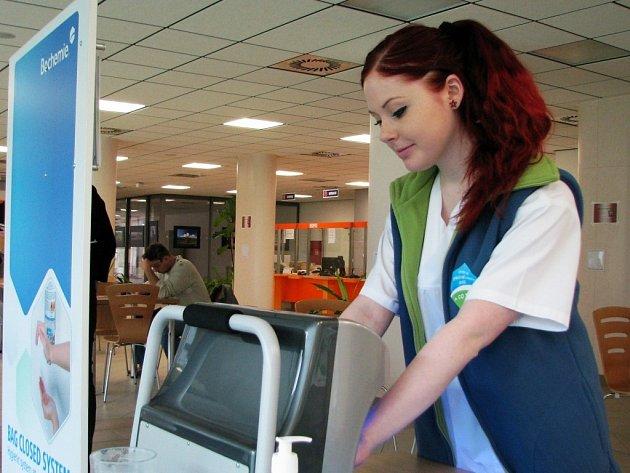 Díky dezinfekci s fluoreskující látkou a UV lampě návštěvníci třebíčské nemocnice mohli zjistit, zda si správně dezinfikují ruce.