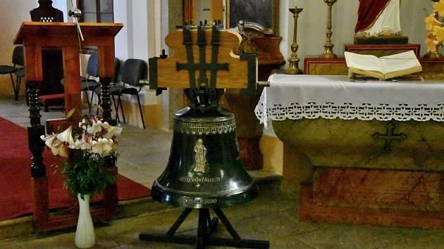 Nové zvony nesou jména svatý Josef Maria, který odpovídá parametrům rekvírovaného zvonu. Druhý je zvon svatý Jan Pavel II. - Boží milosrdenství a odpovídá puklému zvonu.