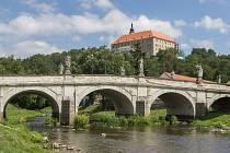Náměšťský zámek s barokním mostem v popředí.
