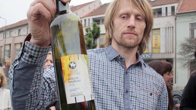 Za velkého zájmu přihlížejících se v úterý lahve se Svatomartinským vínem otevřely i v Třebíči.