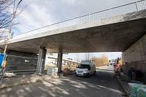 Most v Třebíči u nemocnice se po 23 letech existence dostal do havarijního stavu a bylo nutné ho nahradit novým.
