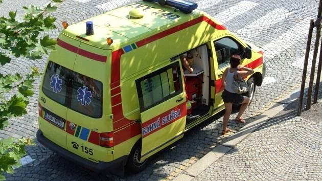 Houkačka sanitky záchranné služby se v horkých dnech ozývá čím dál častěji. Dorazila i na Karlovo náměstí v Třebíči, kde se mladé ženě udělalo nevolno.