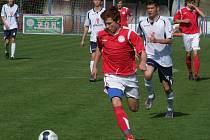 Častý obrázek hry měl zápas mezi staršími dorostenci HFK Třebíč (u míče) a Kyjovem. Hráči z Vysočiny byli lepší ve všech činnostech a soupeře jasně přehráli.